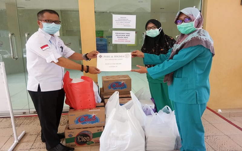Perhimpunan Hotel dan Restoran Indonesia (PHRI) Sulsel menyalurkan bantuan makanan untuk para tim medis dan relawan yang bertugas menangani pasien Covid/19.