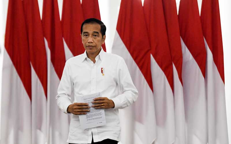 Presiden Joko Widodo bersiap memberikan keterangan pers terkait COVID-19 di Istana Bogor, Jawa Barat, Senin (16/3/2020). Presiden Joko Widodo meminta kepada kepala pemerintah daerah untuk berkomunikasi kepada pemerintah pusat seperti Satgas  COVID-19 dan Kementerian dalam membuat kebijakan besar terkait penanganan COVID-19, dan ditegaskan kebijakan