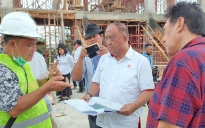 Marciano Norman Ketua Umum KONI Pusat didampingi Elia Loupatty Sekum PB PON mengunjungi salah satu venue di Jayapura (ANTARA - Hendrina Dian Kandipi)