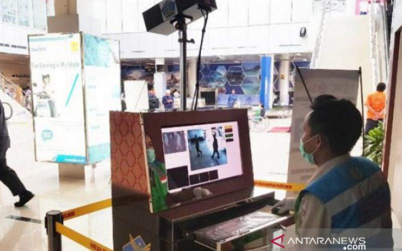 Pemantauan suhu tubuh penumpang di Bandara Depati Amir Pangkalpinang. - ANTARA/Aprionis