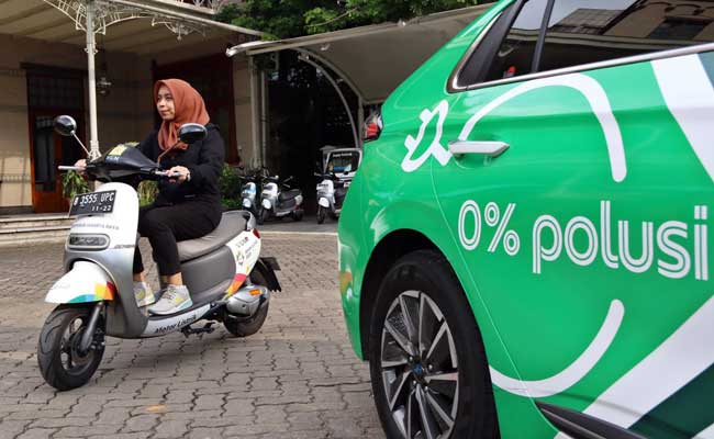 Supir taksi online melakukan pengisian daya mobil listrik di Jakarta, Kamis (13/2/2020). Bisnis - Eusebio Chrysnamurti