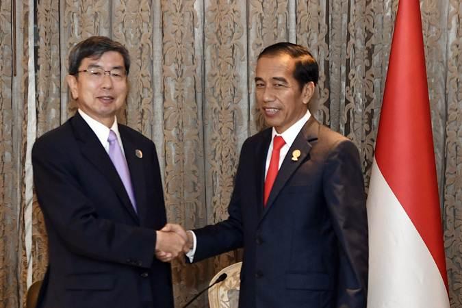 Presiden Joko Widodo (kanan) menerima kunjungan kehormatan Presiden Asian Development Bank (ADB) Takehiko Nakao disela-sela KTT ke-34 Asean di Bangkok, Thailand, Minggu (23/6/2019). - ANTARA/Puspa Perwitasari