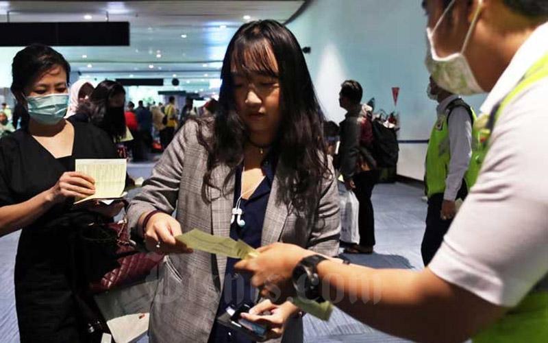 Petugas memeriksa Kartu Kewaspadaan Kesehatan penumpang yang baru tiba di Terminal 3 Kedatangan Internasional Bandara Soekarno Hatta, Tangerang, Banten, Senin (2/3/2020). - Bisnis/Eusebio Chrysnamurti