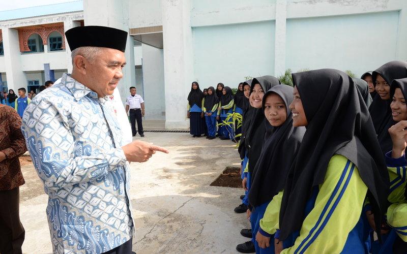 ilustrasi: Gubernur Riau H Arsyadjuliandi Rachman berdialog dengan siswa saat Kunjungi SMPN Plus Pasir Pangaraian Kab Rohul (5/2/2020) -  Pemprov Riau\n
