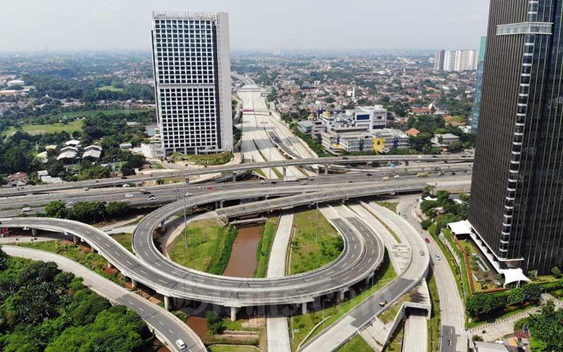 Foto aerial kendaraan melintas di simpang susun antara Jalan Tol Pondok Pinang-TMII & Jalan Tol Depok-Antasari serta Jalan TB Simatupang di Jakarta, Senin (30/3/2020). Bisnis - Himawan L Nugraha