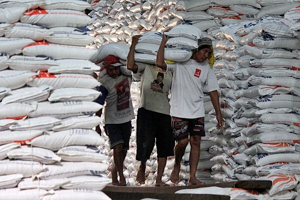 Buruh membongkar karung beras di gudang Bulog Divre Sulteng, di Palu, Senin (18/5). - JIBI/Paulus Tandi Bone
