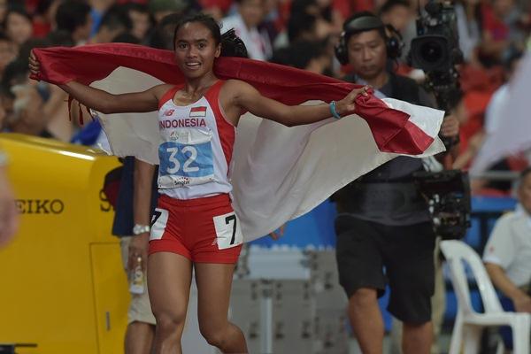 emenangkan lomba lari nomor 5.000 meter putri Sea Games ke-28 di Stadion Nasional, Singapura, Selasa (9/6). Triyaningsih berhasil meraih medali emas dengan catatan waktu 16 menit 18,06 detik. - ANTARA