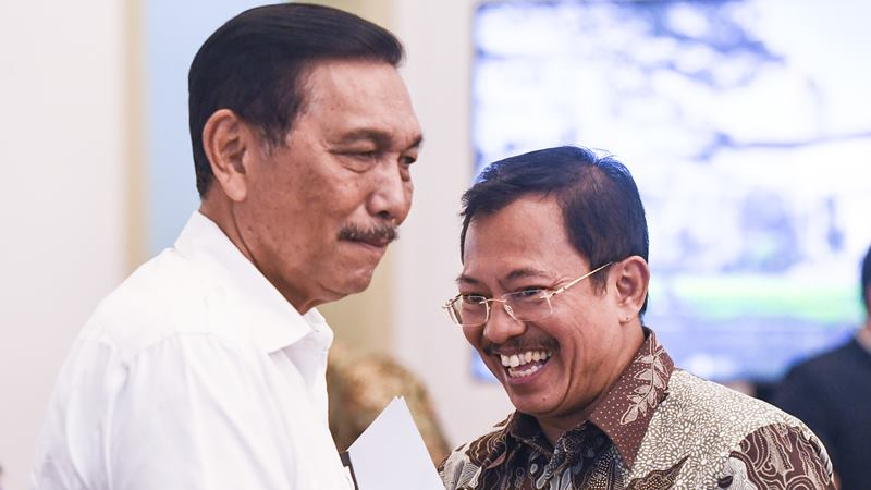 Menteri Kesehatan Terawan Agus Putranto (kanan) berbincang dengan Menko Kemaritiman dan Investasi Luhut Binsar Pandjaitan (kiri) sebelum mengikuti rapat terbatas (ratas) di Istana Bogor, Jawa Barat, Selasa (4/2/2020). -  ANTARA / Hafidz Mubarak A