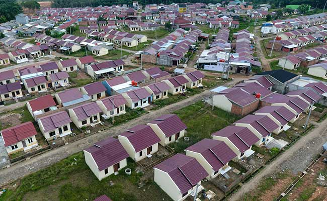 Foto aerial kompleks perumahan bersubsidi di Palembang, Sumatera Selatan, Jumat (31/1/2020). Kementerian Pekerjaan Umum dan Perumahan Rakyat (PUPR) mengalokasikan anggaran perumahan bersubsidi untuk Masyarakat Berpenghasilan Rendah (MBR) melalui Fasilitas Likuiditas Pembiayaan Perumahan (FLPP) sebesar Rp11 triliun untuk 102.500 unit rumah pada 2020. Antara - Nova Wahyudi