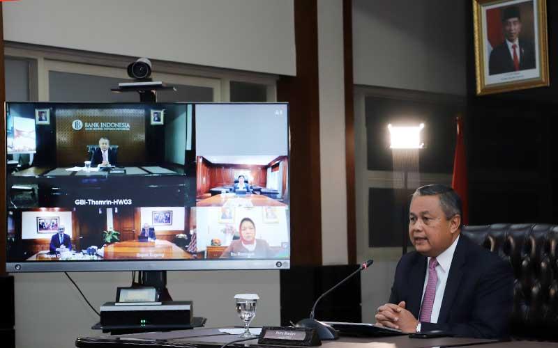 Gubernur Bank Indonesia (BI) Perry Warjiyo memberikan keterangan mengenai hasil Rapat Dewan Gubernur (RDG) Bank di Indonesia melalui teleconference di Jakarta, Kamis (19/3 - 2020). Divisi Komunikasi Bank Indonesia