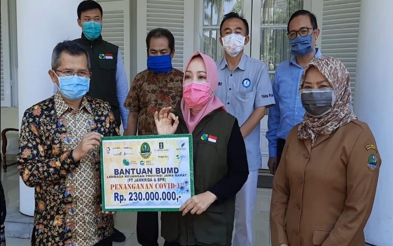PT Jamkrida Jabar dan 8 BPR milik Pemda di Jawa Barat menyerahkan dana CSR senilai Rp230 juta kepada Jabar Bergerak untuk menangani pandemi COVID/19 di wilayah Jawa Barat.