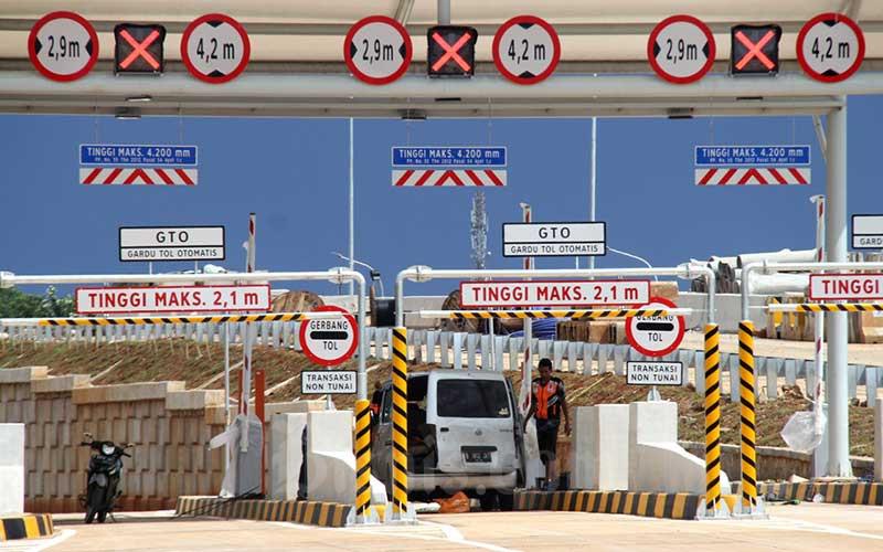 Petugas menyelesaikan pemasangan fasilitas penunjang di Gerbang Tol Sawangan 1 di kawasan Depok, Jawa Barat, Selasa (31/3/2020). Bisnis - Arief Hermawan P