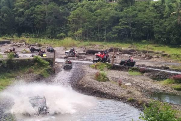 Wisatawan menikmati sensasi wisata jelajah kawasan Gunung Merapi menggunakan armada jip. Saat ini, kawasan wisata itu ditutup sejak pandemi virus corona. - Bisnis