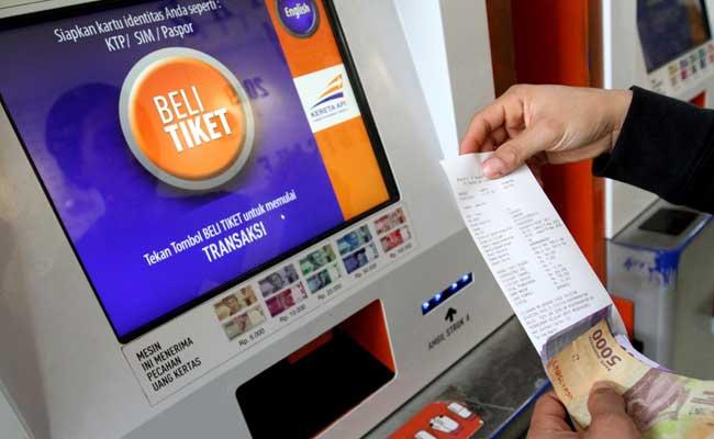 Calon penumpang melakukan pemesanan tiket melalui website PT Kereta Api Indonesia (Persero) (KAI). - Bisnis/Arief Hermawan P.