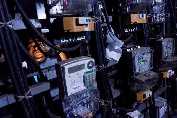 Warga memeriksa jaringan listrik miliknya di salah satu Rusun di Jakarta, Senin (6/8/2018). - JIBI/Nurul Hidayat