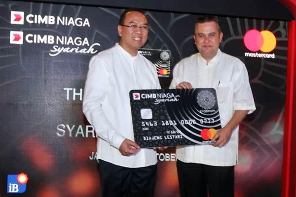 Direktur Syariah Banking CIMB Niaga Pandji P Djajanegara (kanan) berpose dengan Direktur Mastercard Indonesia Tommy Singgih di sela-sela peluncuran kartu kredit CIMB Niaga Syariah, di Jakarta, Rabu (17/10/2018). - JIBI/Endang Muchtar