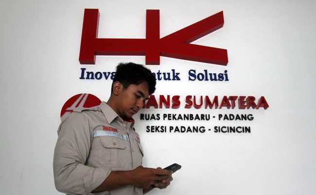 Karyawan berada didekat logo Hutama Karya. Bisnis - Arief Hermawan P