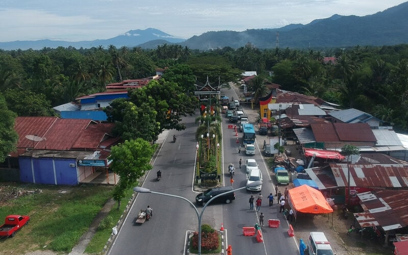 Foto udara sejumlah kendaraan yang akan masuk ke Kota Padang berbalik arah di perbatasan Jalan Adinegoro, Kota Padang, Sumatera Barat, Selasa (31/3/2020). Untuk memutus mata rantai penyebaran COVID-19, Pemkot Padang menutup akses utama ke kota itu di tiga titik, yakni di Jalan Adinegoro, Jalan St Sjahrir dan Jalan Raya Lubeg serta dialihkan ke Jl Bypass kecuali angkutan kota, kendaraan logistik dan warga setempat. - Antara/Iggoy el Fitra