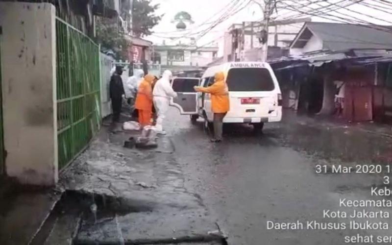 Petugas kesehatan Kecamatan Tebet akhirnya mengevakuasi perempuan positif Covid-19 di Kebon Baru, Selasa (31/3/2020). - Antara