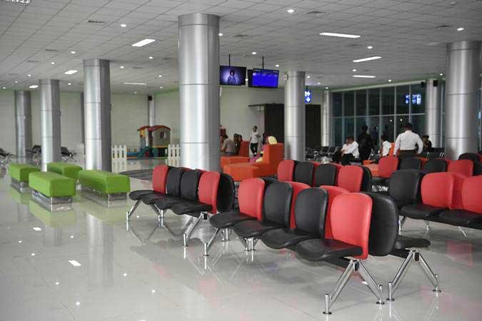 Ruang tunggu penumpang di terminal Bandara Tjilik Riwut, Palangkaraya, Kalimantan Tengah. - Antara/Puspa Perwitasari