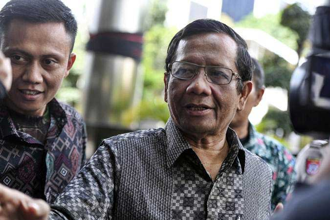 Mantan Ketua Mahkamah Konstitusi Mahfud MD menjawab pertanyaan wartawan saat akan meninggalkan Gedung KPK di Jakarta, Rabu (27/2/2019). - ANTARA/Hafidz Mubarak A