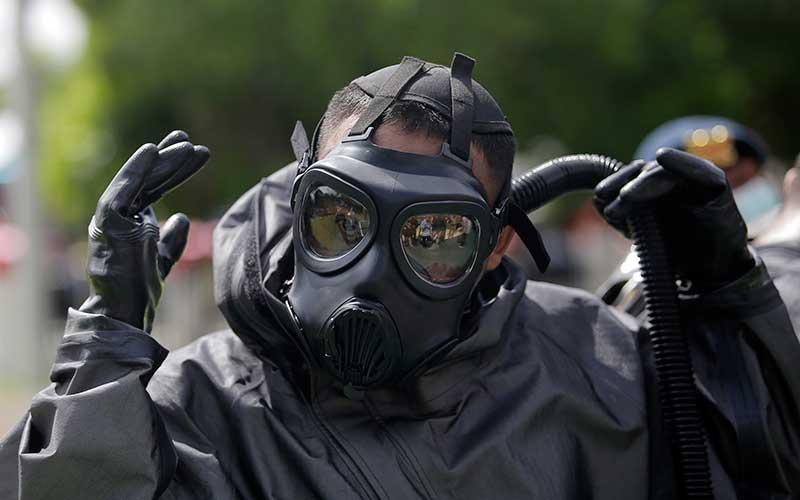 Polisi mengenakan alat pelindung diri (APD). ANTARA FOTO - Adiwinata Solihin