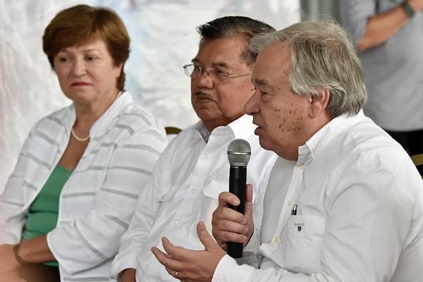 Sekjen PBB Antonio Guterres (kanan) sebelum meninjau lokasi terdampak gempa dan tsunami Palu, di Bandara Mutiara SIS Al Jufri, Palu, Sulawesi Tengah, Jumat (12/10/2018). - Antara/Wahyu Putro A