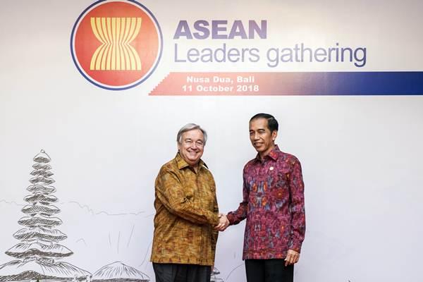 Presiden Joko Widodo (kanan) berjabat tangan dengan Sekjen PBB Antonio Guterres saat Asean Leaders Gathering di sela-sela rangkaian Pertemuan Tahunan IMF World Bank Group 2018 di Nusa Dua, Bali, Kamis (11/10/2018). - ANTARA/M Agung Rajasa