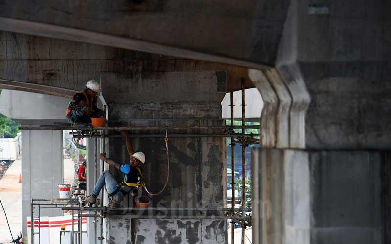 Pekerja beraktivitas di proyek LRT Jabodetabek di Jakarta, Rabu (18/3/2020). Bisnis - Abdurachman