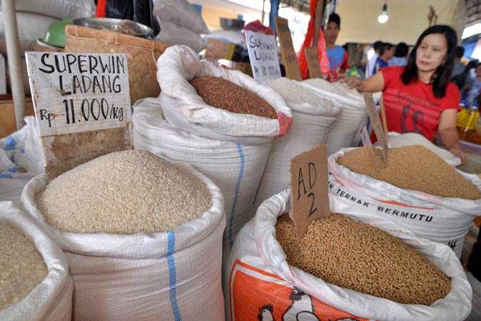 Pedagang menata beras di Pasar Tradisional Pinasungkulan, Manado, Sulawesi Utara, Senin (29/4/2019). - ANTARA/Adwit B Pramono