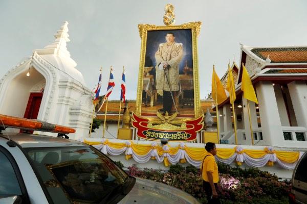Foto Raja Maha Vajiralongkorn dipasang di luar kuil Wat Suthat menjelang penobatannya secara resmi di Bangkok, Thailand, Jumat (3/5/2019). - Reuters/Jorge Silva