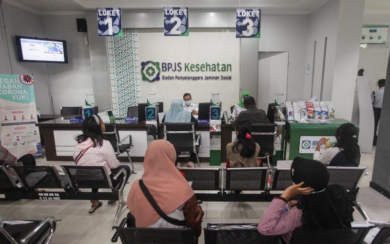 Peserta BPJS Kesehatan duduk di ruang tunggu, Palangkaraya, Kalimantan Tengah, Senin (23/3/2020). - ANTARA FOTO/Makna Zaezar