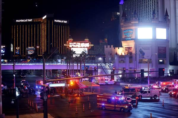 Polisi Metro Las Vegas dan pekerja medis di persimpangan Tropicana Avenue dan Las Vegas Boulevard South setelah terjadi penembakan massal di sebuah festival musik di Las Vegas Strip di Las Vegas. - Reuters