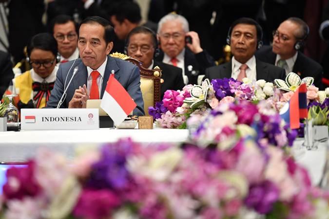 Presiden Joko Widodo mengikuti Sidang Pleno KTT ke-34 Asean di Bangkok, Thailand, Sabtu (22/6/2019). - ANTARA/Puspa Perwitasari