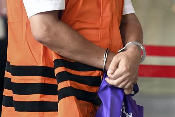 Tersangka kasus tindak pidana korupsi yang telah ditahan oleh KPK diborgol saat akan menjalani pemeriksaan di gedung KPK, Jakarta, Rabu (2/1/2019). KPK menerapkan pemborgolan tahanan ketika berada di luar rumah tahanan untuk menjalani proses pemeriksaan maupun menjalani persidangan di pengadilan Tipikor. - ANTARA/Hafidz Mubarak A