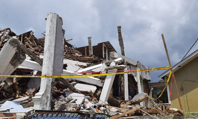 Rumah dua lantai milik Haji Anna di Kampung Nangerang, Desa Pulosari, Kecamatan Kalapanunggal, Kabupaten Sukabumi, Jawa Barat, runtuh akibat guncangan gempa pada Selasa (10/3/2020). - Antara/Aditya Rohman