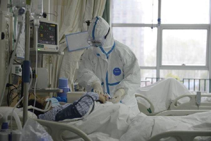 Sebuah foto yang dirilis oleh Rumah Sakit Pusat Wuhan menunjukkan staf medis yang merawat pasien di Rumah Sakit Pusat Wuhan melalui Weibo di Wuhan, China. Tidak diketahui tanggal pangambilan foto. -  The Central Hospital of Wuhan via Weibo / via Reuters