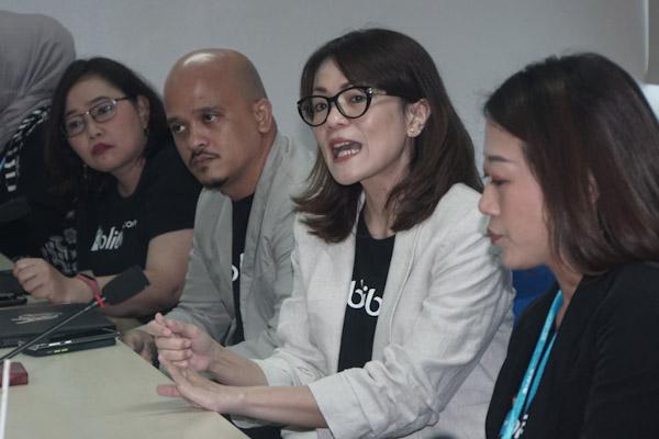 VP Public Relations Blibli.com Yolanda Nainggolan (kedua kanan) memberikan pemaparan saat kunjungan ke Redaksi Bisnis Indonesia di Jakarta, Rabu (4 - 3).