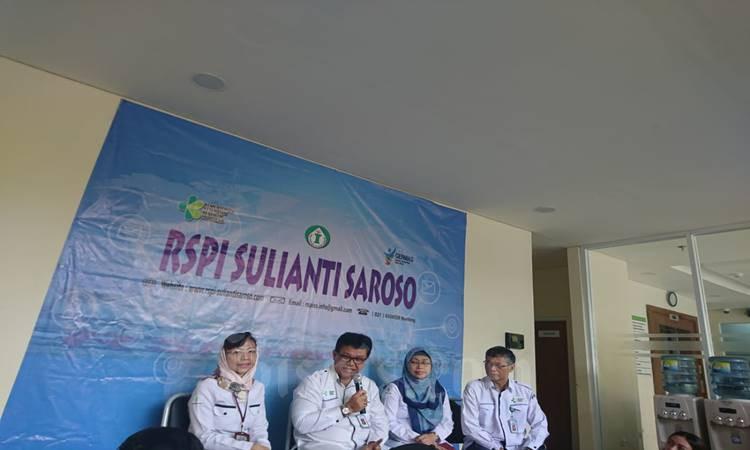Direktur Utama RSPI Prof. dr Sulianti Saroso Mohammad Syahril dan jajaran direksi saat memberi keterangan pers perkembangan kasus COVID-19, Kamis (4/3/2020). Dari kiri ke kanan, Dr. Vivi Lisdawati, M.Si, Apt, dr. Mohammad Syahril, Sp.P, MPH, dr. Dyani Kusumowardhani, Sp.A, Drs. Syamsuri, MM. M.Ak. JIBI - Bisnis/Nyoman Ary