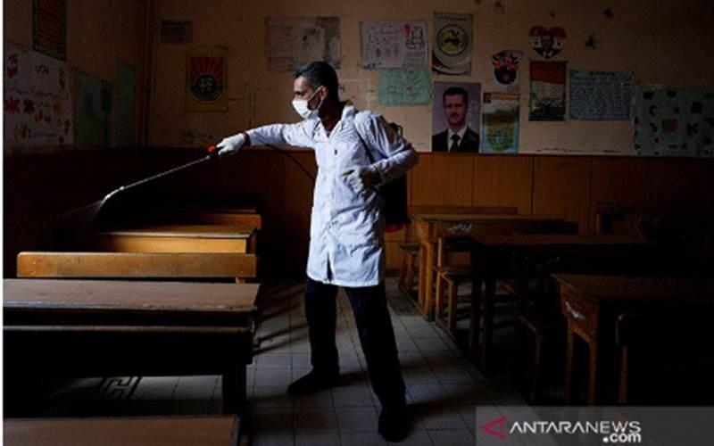 Ilustrasi-Seorang pekerja menyemprotkan cairan desinfektan sebagai upaya mencegah penyebaran virus COVID-19, di Damaskus, Suriah, Rabu (18/3/2020)./ANTARA-REUTERS/Omar Sanadiki -