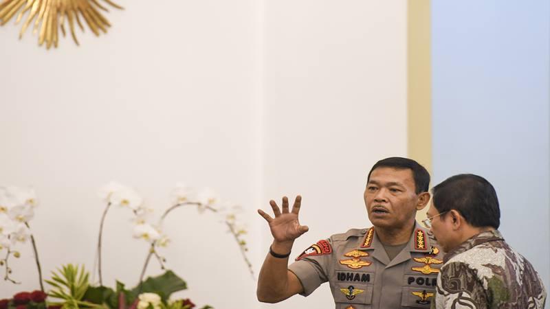 Kapolri Jenderal Pol Idham Azis (kiri) berbincang dengan Menteri Kesehatan Terawan Agus Putranto (kanan) sebelum mengikuti rapat terbatas (ratas) di Istana Bogor, Jawa Barat, Selasa (4/2/2020). - Antara