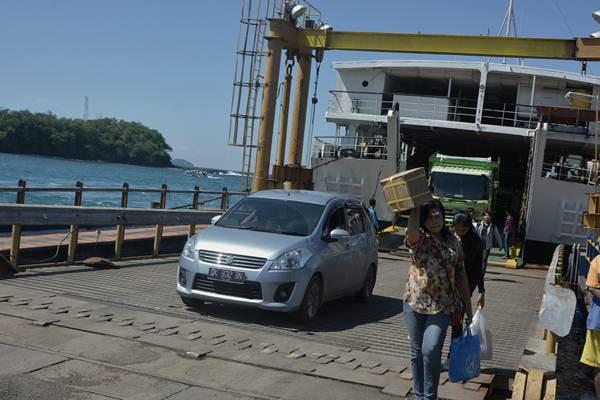 Sejumlah penumpang menuruni kapal penyeberangan Padangbai-Lembar (Bali-Lombok) di Pelabuhan Padangbai, Karangasem, Bali, Rabu (14/6). PT ASDP menyiapkan 33 armada kapal feri dan mengoperasikan dua dermaga Pelabuhan Padangbai untuk melayani penumpang penyeberangan Bali-Lombok selama masa angkutan mudik lebaran yang diperkirakan akan mencapai puncaknya pada H-2 lebaran. ANTARA FOTO - Fikri Yusuf