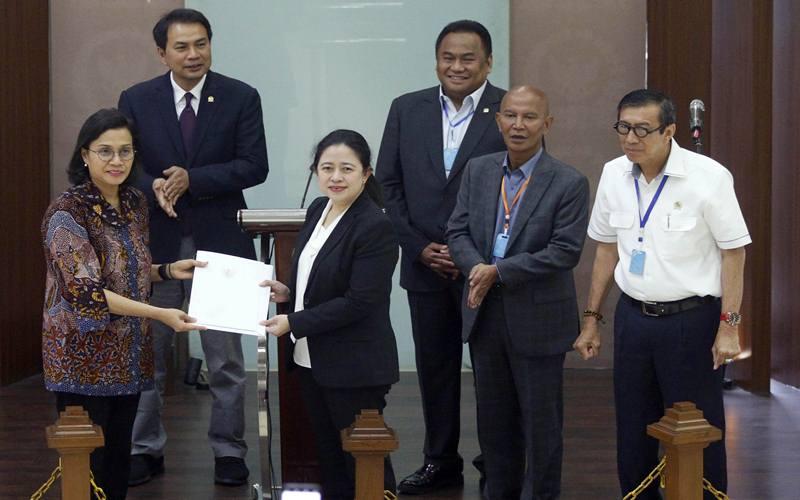 Ketua DPR Puan Maharani (tengah) bersama pimpinan DPR menerima Surat Presiden (Supres) untuk Perppu 1/2020 tentang Kebijakan Keuangan Negara dan Stabilitas Sistem Keuangan dari Menteri Keuangan Sri Mulyani (kiri) dan Menteri Hukum dan HAM Yasonna Laoly (kanan) di Kompleks Parlemen Senayan, Jakarta, Kamis (2/4/2020). ANTARA FOTO - Raqilla
