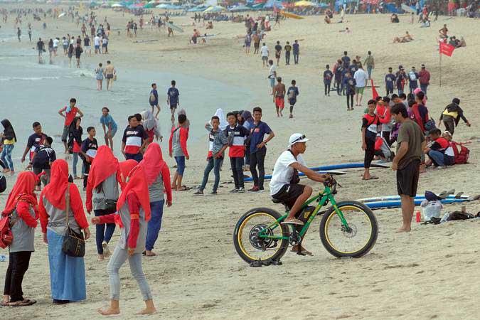 Wisatawan memadati Pantai Kuta jelang Hari Raya Nyepi di Badung, Bali, Minggu (3/3/2019). - ANTARA/Nyoman Hendra Wibowo