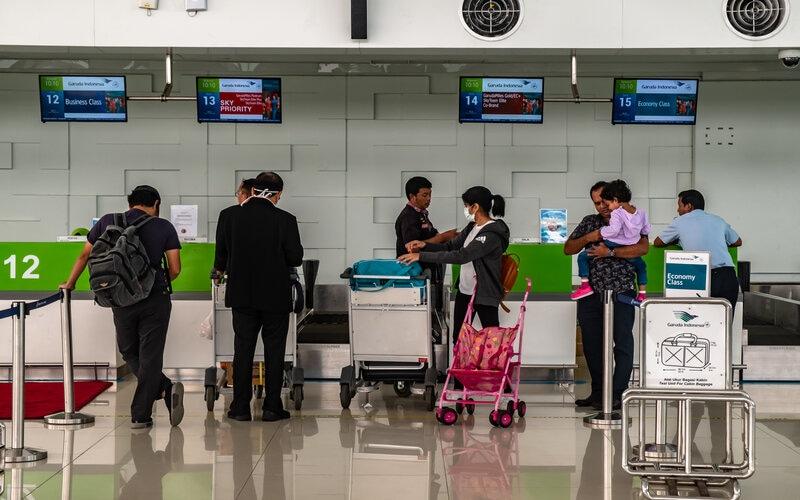 Sejumlah penumpang beraktivitas di area 'check in' atau konfirmasi tiket di Bandara Internasional Jenderal Ahmad Yani Semarang, Jawa Tengah, Jumat (13/3/2020). - Antara/Aji Styawan