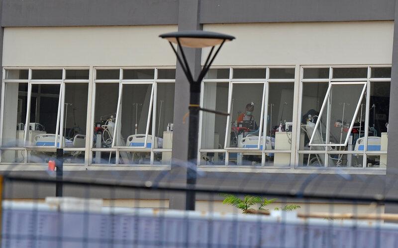 Petugas membenahi salah satu ruangan di Rumah Sakit Darurat Penanganan Covid-19, Wisma Atlet Kemayoran, Jakarta, Selasa (24/3/2020). Berdasarkan data yang dirilis pemerintah, hingga Selasa (24/3) pagi sebanyak 102 pasien ditangani di rumah sakit darurat itu, 71 orang di antaranya langsung dirawat. - Antara/Aditya Pradana Putra
