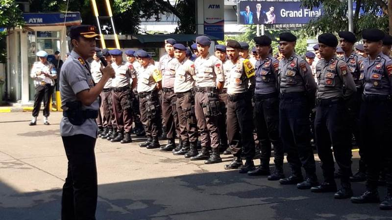 Aparat dari Polres Jakarta Barat mendengarkan pengarahan menjelang pengamanan pembacaan vonis terhadap Hercules - Bisnis/Sholahuddin Al Ayyubi