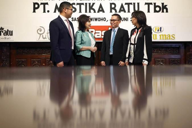 Presiden Komisaris PT Mustika Ratu Tbk. Putri Kus Wisnu Wardani (kedua kiri), Presiden Direktur PT Mustika Ratu Tbk Bingar Egidius Situmorang (kedua kanan), Direktur Isabella Silalahi (kanan) dan Direktur Jodi Andrea Suryokusumo berbincang usai RUPST LB, di Jakarta, Rabu (26/6/2019). - Bisnis/Nurul Hidayat