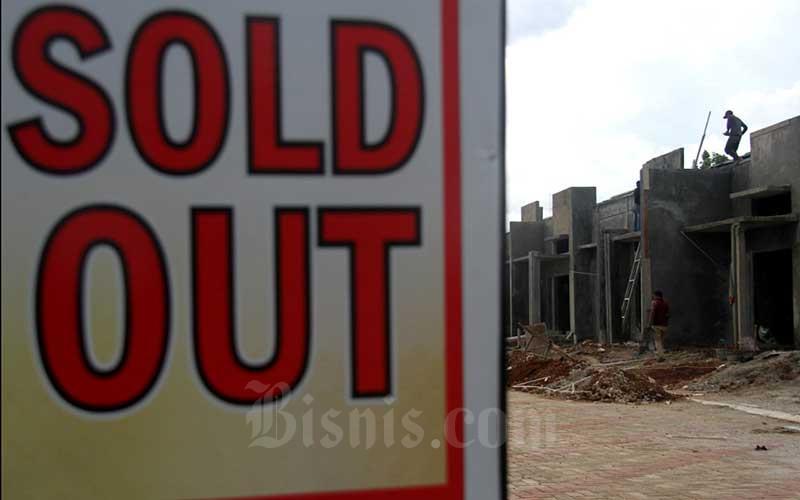 Pekerja beraktivitas di salah satu proyek pembangunan perumahan di Depok, Jawa Barat, Selasa (31/3/2020). - Bisnis/Arief Hermawan P.