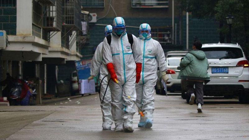 Pekerja dari Departemen Pengendalian dan Pencegahan Penyakit mendisinfeksi area perumahan setelah wabah virus Corona, di Ruichang, Provinsi Jiangxi, China. - Reuters